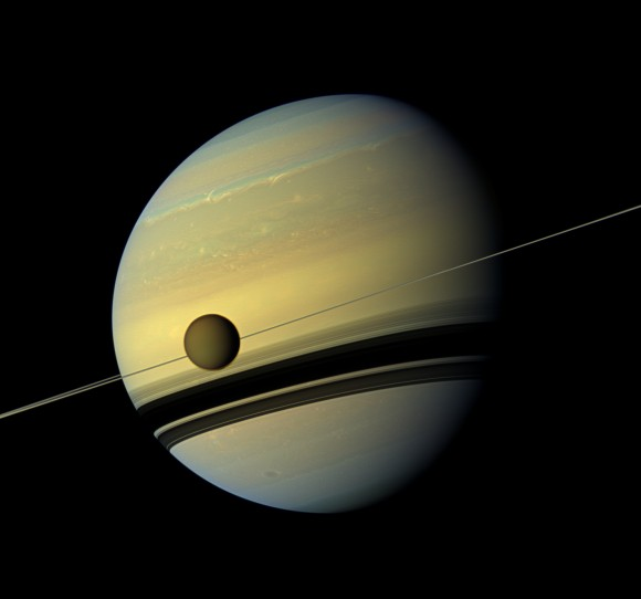 Titan in front of the ring and Saturn NASA 580x542 Christiaan Huygens ontdekt Saturnusmaan Titan