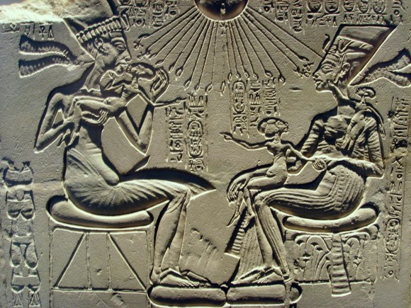 Echnaton Amenophis IV Achenaton Akhenaten Achnaton Akhenaten Nofrotete  Nefertiti and their children familie 580x435 Was Nefertiti de moeder van Toetanchamon?